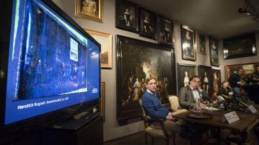 Le directeur du musée WestFries accompagné de détective spécialisé Arthur Brand lors d'une conférence de presse le 7 décembre 2015.