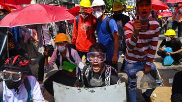 Des manifestants dans les rues de Yangon, le 1er mars 2021.