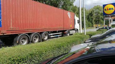 Lessines: stationnement sauvage de camions chaussée de Grammont