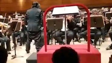 Quand un chef d'orchestre perd son pantalon en plein concert
