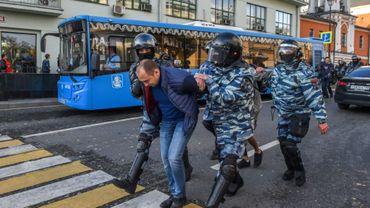 """Un homme arrêté par la police russe après une manifestation pour réclamer des """"élections libres"""", le 10 août 2019 à Moscou"""