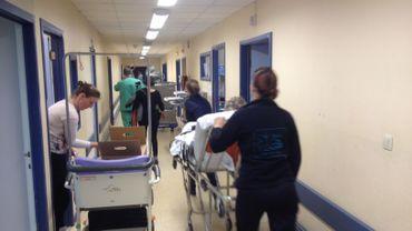 Entre deux patients, les membres du personnel préparent leurs cartons en vue du déménagement.