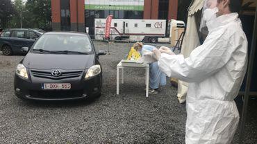 62 personnes ont été testées ce lundi au drive-in installé à Jambes. Des patients qui ne peuvent se rendre sur place qu'avec une attestation reçue par un médecin.