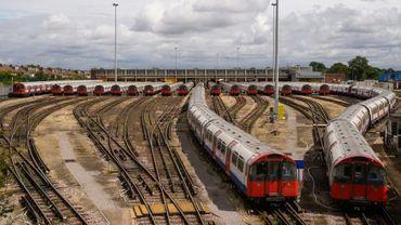 Des rames de métro son stationnées dans un dépôt à Londres le 6 août 2015 lors d'une grève de 24 heures du personnel