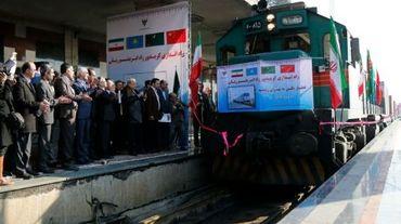 """Des responsables iraniens applaudissent, sur le quai de la gare de Téhéran, l'arrivée du premier train reliant la Chine et l'Iran, redonnant vie à la célèbre """"route de la soie"""", le 15 février 2016"""