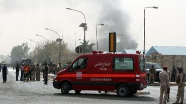 Une ambulance arrive sur les lieux d'un attentat, à Bagdad