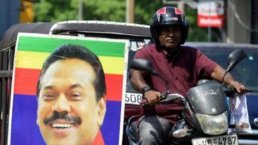 Un portrait de l'ex-président Mahinda Rajapakse, nommé Premier ministre, dans une rue de Colombo le 27 octobre 2018
