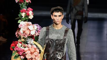 Dolce & Gabbana prend un virage à 180 degrés cette saison avec une collection qui se démarque des précédentes et sonne comme un retour aux sources avec des vêtements conçus pour les métiers d'antan, souvent manuels. Milan, le 11 janvier 2020.