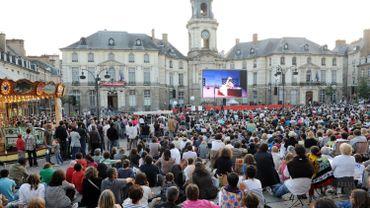 Sur la place bordée par la mairie et par l'opéra, assis à même le pavé ou debout, 6.000 spectateurs ont suivi l'opéra sur écran géant.