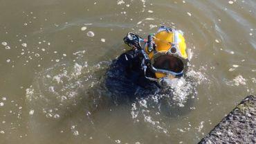 Thierry Vanden Eynde est prêt à plonger, pour réaliser l'inspection de capteurs de débit dans la Meuse.