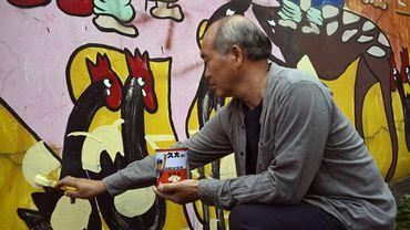 L'artiste Wu Tsun-shien tente de renverser la tendance en peignant des fresques multicolores sur les maisons.