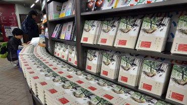 "Comme de coutume, les écrits de Haruki Murakami s'arrachent au Japon as Murakami's new novels of the book ""Onna no Inai Otokotachi"""