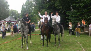 Alinoë, Martin et Sacha Bogaerts voltigent à la mode des cavaliers cosaques