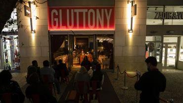 Le public est situé en extérieur, et les comédiens utilisent comme scène les vitrines de magasins fermés en raison de la crise économique résultant de la pandémie.
