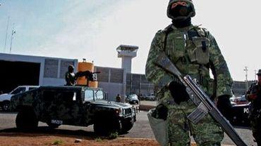 Des soldats mexicains devant une prison dans l'Etat de Coahuila