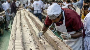 Le gâteau à la vanille, s'étirant sur des milliers de tables disposées sur le site d'un festival et des routes adjacentes dans la ville de Thrissur, pèse quelque 27.000 kg.