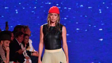 """Bonnets de marin, tops en néoprène évoquant les combinaisons de plongeurs, jupes plissées déchirées: Calvin Klein 205W39NYC dit s'être inspiré du film """"Les Dents de la mer"""" pour sa nouvelle collection. New York, le 11 septembre 2018."""