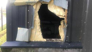 Les voleurs ont percé deux trous dans le mur pour tenter d'entrer dans le magasin mais ils sont repartis sans butin.