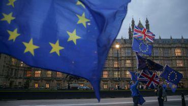 Des manifestants anti-Brexit pro-Union européenne (UE) tiennent les drapeaux de l'UE et du Royaume-Uni devant les chambres du Parlement, dans le centre de Londres, le 5 février 2018.