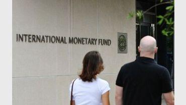 Des piétons passent devant le siège du Fonds monétaire international à Washington