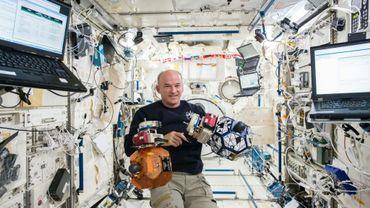 Une photo de la NASA distribuée le 24 août 2016 montrant l'astronaute Jeff Williams à bord de la Station spatiale internationale