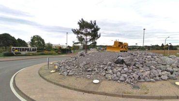 Le rond point avec le bulldozer tel qu'il était avant l'incendie