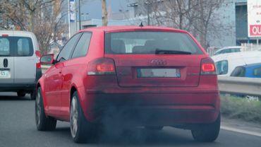 Des oxydes d'azote, de la suie, des particules fines... des pics de pollution automobile sont mesurés aux heures de pointe aux abords des écoles.