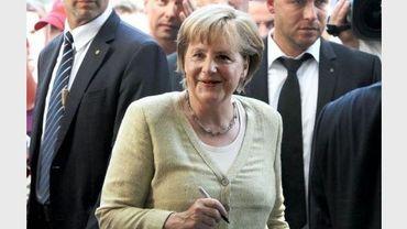 La chancelière allemande Angela Merkel signant des autographes le 19 août 2012 à Berlin