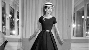 """Peu de temps après avoir pris la direction artistique de la maison Dior, suite au décès de Christian Dior, Yves Saint Laurent présente la collection """"Trapèze"""", qui rompt avec les codes de l'époque. Un véritable succès. Le 4 février 1958."""
