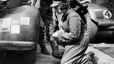 La princesse Elizabeth change une roue d'un tank dans les années 40 lors de la seconde guerre mondiale