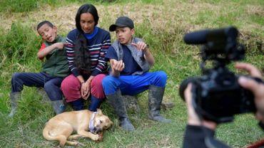 Nubia Gaona, ses fils Jaime Alejandro et Arley David, filmés par leur voisine Juliana Zapata, dans leur petite ferme de Chipaque, en Colombie, le 6 juin 2020