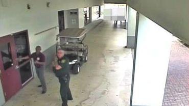 Les caméras de surveillance ont constaté l'attitude du policier lors des premiers coups de feu dans l'école de Parkland.