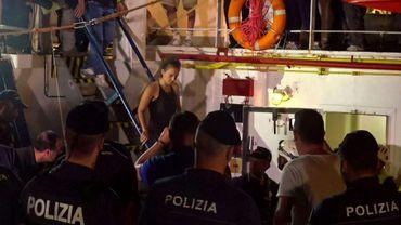 Capture d'écran réalisée à partir d'une vidéo publiée par la plateforme Local Team le 29 juin 2019 montrant la capitaine du navire humanitaire Sea-Watch 3 lors de son arrestation par la police italienne à Lampedusa