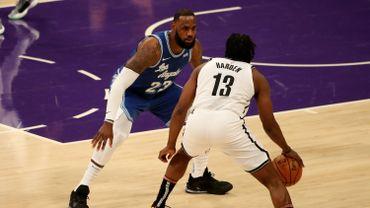 James Harden face à Lebron James, duel de titans en NBA.