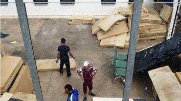 """Des immigrants à l'intérieur d'un """"Temporary Permanence Centre"""" (CPT) à Lampedusa en octobre dernier."""