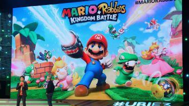 """Shigeru Miyamoto, producteur chez Nintendo, et Yves Guillemot, co-fondateur d'Ubisoft, présentent """"Mario Rabbids Kingdom Battle"""" sur la scène de l'E3, à Los Angeles."""