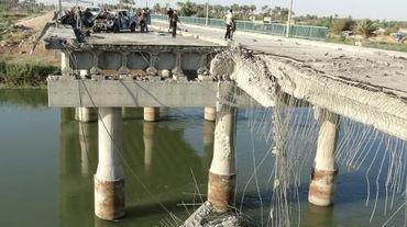 Un pont endommagé à Ramadi, capitale de la province occidentale irakienne d'Al Anbar, suite à un attentat suicide, le 17 septembre 2014