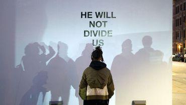 """He will not divide us"" : une performance web de 4 ans anti-Trump"