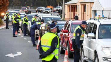 Des files de voitures font la queue à la frontière de l'Etat de Victoria après la fermeture des frontières avec l'Etat voisin de Nouvelle-Galles-du-Sud en Auralie le 8 juillet 2020