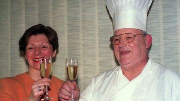 """Pierre Romeyer et son épouse, en mars 1994, à l'occasion de la fermeture de son restaurant """"Chez Romeyer - La Maison de Bouche"""", classé trois étoiles au Michelin."""