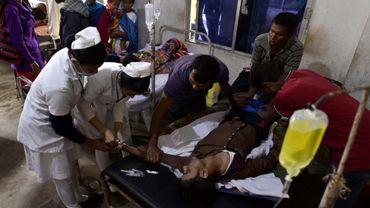 Un patient qui a absorbé de l'alcool frelaté est soigné dans un hôpital, dans le district de Golaghat dans le nord-est de l'Inde le 23 février 2019