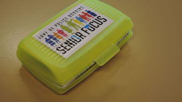 """La petite boîte verte """"Senior Focus"""": il faut remplir le document qu'elle contient et... mettre le tout au frigo!"""