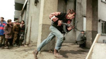 Un combattant civil anti-communiste armé d'une Kalachnikov photographié le 24 décembre 1989 à Bucarest.