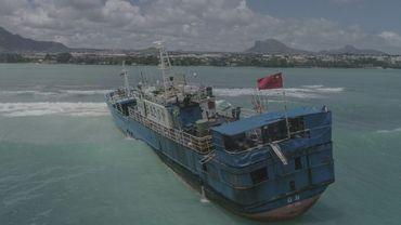Vue aérienne le 8 mars 2021 d' un chalutier contenant 130 tonnes de fioul échoué près de la capitale mauricienne, Port-Louis.