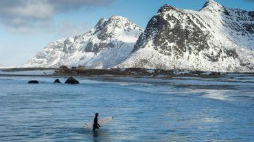 Une surfeuse sur la plage de Flackstad, en Norvège, près du cercle polaire, le 13 mars 2016