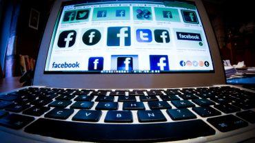 Facebook bannit plusieurs groupes britanniques d'extrême droite