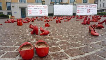Jeudi 25 avril, des centaines de chaussures rouges ont été disposées sur la place communale de Koekelberg pour dénoncer les féminicides.
