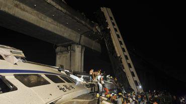 Un train déraille et tombe d'un pont en Chine