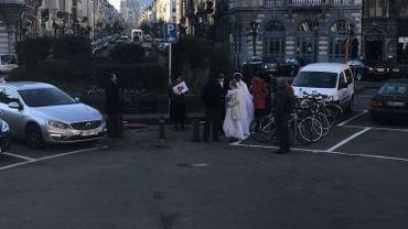 De faux mariés pour dénoncer la politique de l'échevin de l'état civil