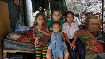 La Vénézuélienne Judith Saracual (c) et ses enfants, dans leur maison dans le quartier de Petare, le 9 mai 2019 à Caracas
